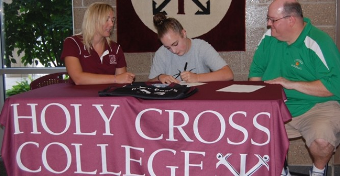 Anna Heck signing her LOI with Coach Niespodziany (left) and Coach Ross (right)